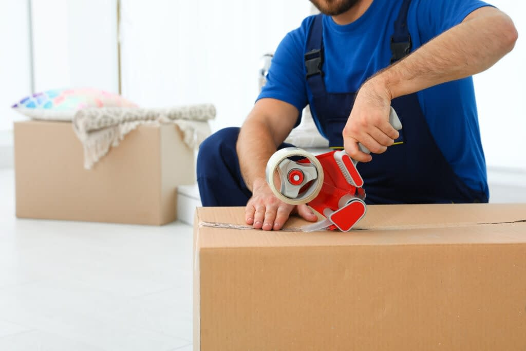 Verhuizer in Purmerend verhuisdozen aan het inpakken