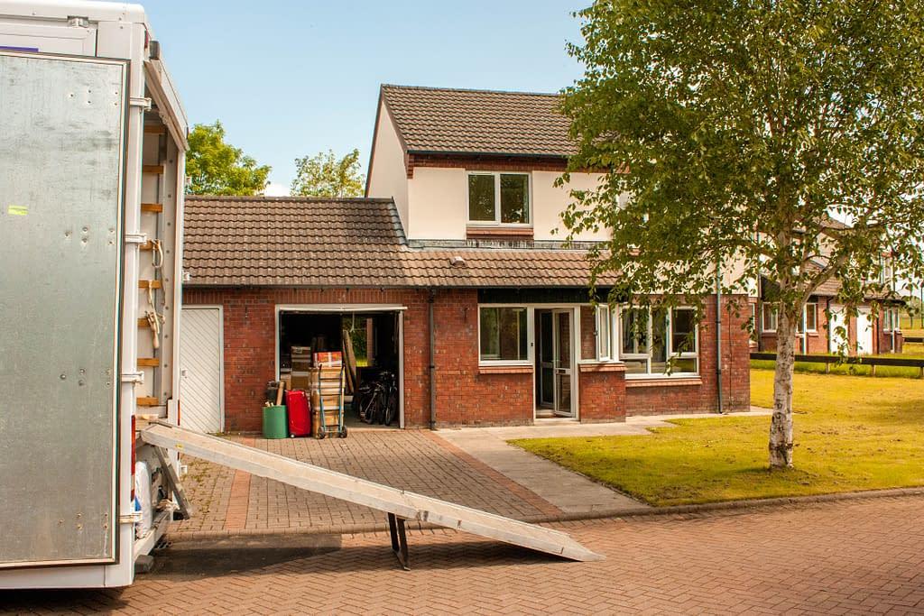Verhuiswagen aan het uitladen in Enschede
