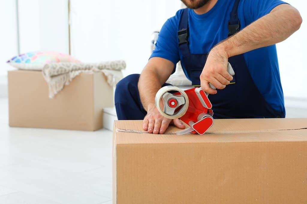 Verhuisbedrijf-doos-dichtplakken