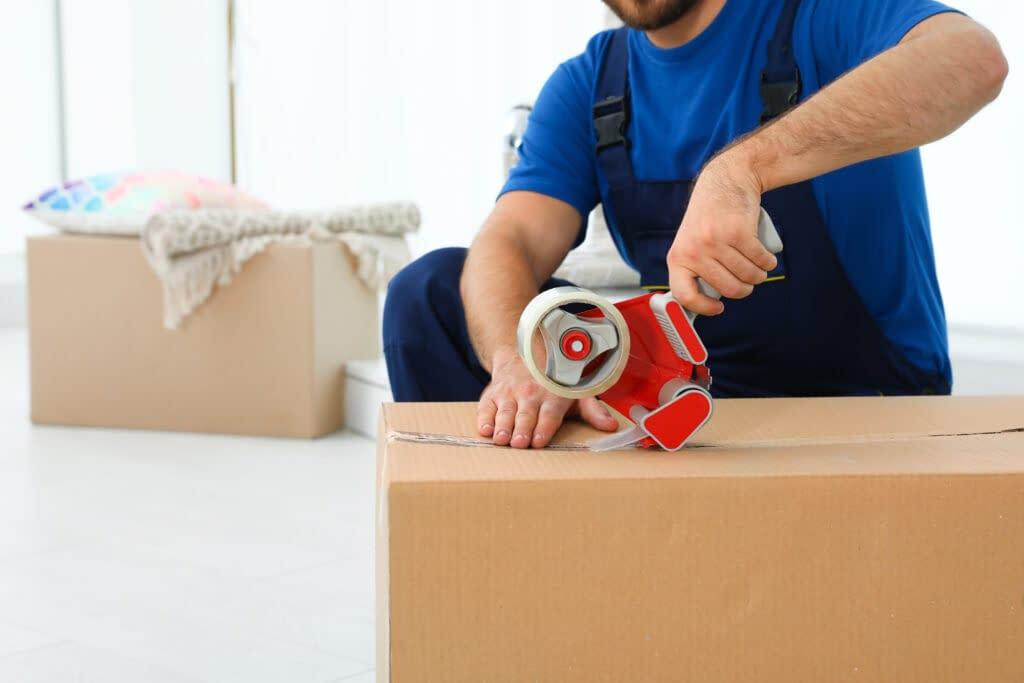 Verhuizer in Hoofddorp verhuisdozen aan het inpakken